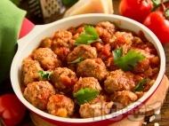 Печени канелени свински кюфтенца в доматен сос в тава на фурна